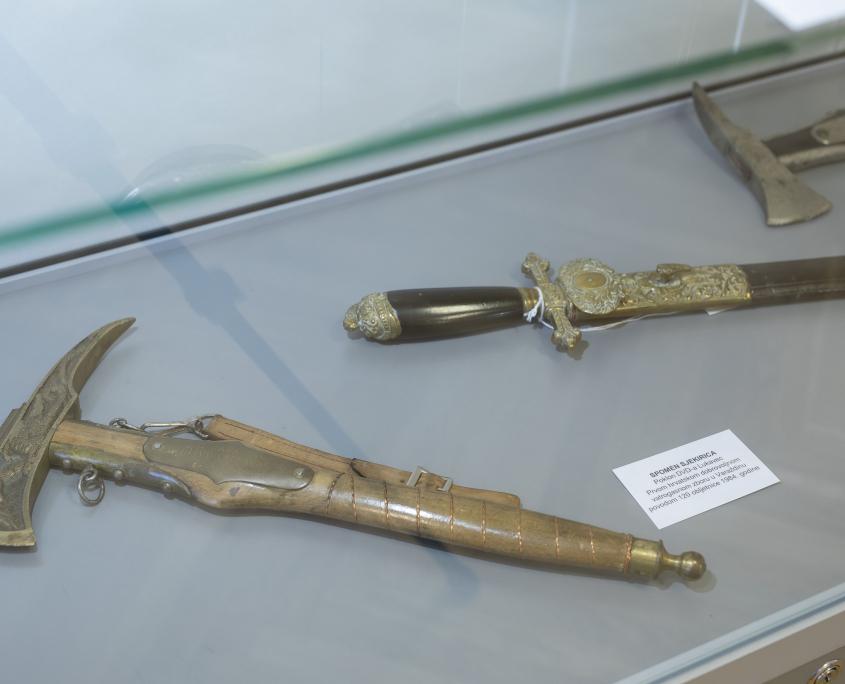 Paradna sjekirica i mač